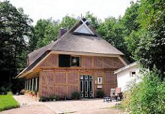 Neuaufgebautes historsches Wohnhaus im alten Dorfkern von Hamburg Eissendorf; Reetgedecktes Fachwerkhaus.