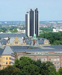 Blick über die Dächer Hamburgs zum Sievekingplatz und den Gerichtsgebäuden - im Hintergrund das Hotelhochhaus des Radisson Blue am Damtor.