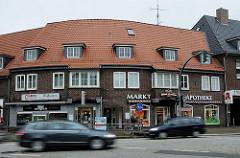 Klinkergebäude - Wohnhäuser und Geschäfte am Saseler Marktplatz.