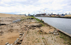 Abriss der Kaianlage und Eisenbahnschienen am Petersenkai / Baakenhafen in der Hamburger Hafencity.