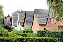 Einzelhäuser mit Spitzdächern - Buchsbaumhecken; Fotos aus dem Stadtteil Hamburg Lohbrügge, Bezirk Hamburg Bergedorf.