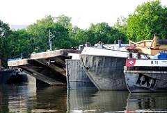 Schiffsbug von Binnenschiffen und grossen Schuten im Travehaven von Hamburg Steinwerder.
