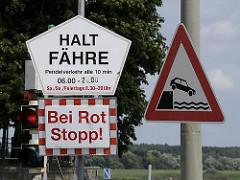 Hinweisschilder am Anleger der Zollenspieker Fährhaus.