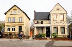 Gründerzeithauser - Wohnhäuser / Einzelhäuser in Hamburg Finkenwerder, Fahrradfahrerin.