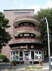 Wohnen in Hamburg Dulsberg - Wohnblocks mit Laubengängen Geschäfte.