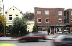 Schnell fahrende Autos Kieler Strasse - Wohnhäuser alt + neu