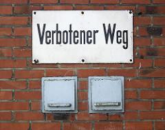 """Schild """"Verbotener Weg"""" an einem Lagergebäude an der Versmannstrasse beim Baakenhafen. 2006"""