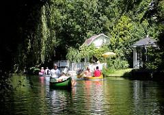 Fotos aus Hamburg Winterhude - Kanus auf dem Leinpfadkanal - Gartenhäuschen am dicht bewachsenen grünen Ufer des Kanals.