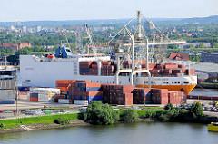 Derf RoRo Frachter GRAN BRASILE liegt am Oswaldkai im Hansahafen des Hamburger Hafens - im Vordergrund ein Ausschnitt des ehem. Segelschiffhafens.