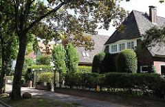 Wohnen in den Hamburger Vororten - Einzelhäuser in einer Seitenstrasse von Hamburg Marienthal.