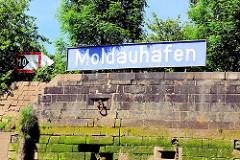 Hafenschild - Moldauhafen; Kaimauer - Fotografien aus dem Hamburger Hafen - Stadtteil Hamburg Kleiner Grasbrook.
