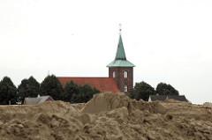 Start- und Landebahnbau - Neuenfelder Kirche St. Pankratius08/2006 - die Kirche verschwindet hinter Sandbergen der Baustelle.