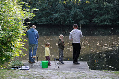 Angler am Isebekkanal - Stadtteil Hoheluft West Bezirk Hamburg Eimsbüttel.