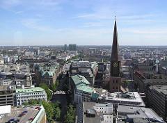Blick auf den Turm der St. Jacobikirche in der Hamburger Altstadt - im Bildzentrum die Mönckebergstrasse - Hamburgs bekanne Einkaufsstrasse.