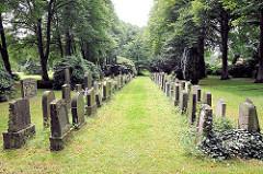 Grabsteine auf dem alten Friedhof in Hamburg Lohbrügge; der Gottesacker ist seit 1997 ein öffentlicher Park.