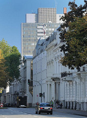 Historische Häuserzeile in der Palmaille - Hochhaus im Hintergrund. Fotos aus dem Hamburger Stadtteil Altona Altstadt.