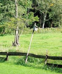 Nistkasten im Grünen an einem langen Stecken auf einer Wiese im Stadtteil Hamburg Gut Moor.