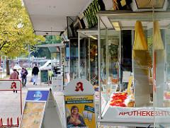 Schaufenster einer Ladenzeile, Geschäften / Nachkriegsarchitektur in Hamburg Dulsberg.