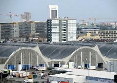 Architektur der 1960er Jahre - Grossmarkthallen in Hamburg Hammerbrook - fertiggestellt 1962; Architekt Bernhard Hermkes. Im Hintergrund die Hochhäuser am Klosterwall, dahinter das Hotel  Radisson Blu am Dammtor.