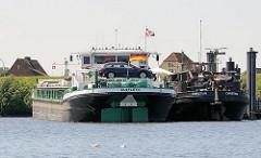 Binnenschiffe im Dradenauhafen - Häuser Finkenwerders hinter dem Aue-Hauptdeich.