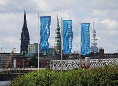 Flaggen der Hafencity - Türme der Hansestadt, Nikolaikirche Katharinenkirche Fernsehturm.