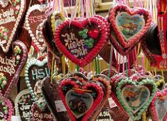 Lebkuchenherzen Verkauf aus dem Dom in Hamburg St. Pauli - Jahrmarkt in der Hansestadt.
