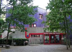 Gemeindehaus mit blauen Kachel - Eingang Martin-Luther-King-Kirche.
