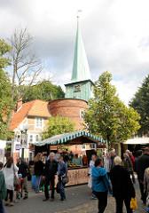 Stände des Bergedorfer Herbstmarktes / Landmarktes - im Hintergrund der Hasseturm und der Kirchturm der St. Petri und Paul Kirche.