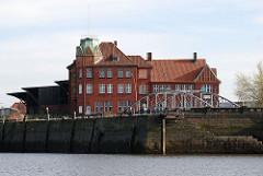 Historisches Hafengebäude Kopfgebäude Hamburger Hafen - Hansahafen, Kaimauer am Hansahoeft.