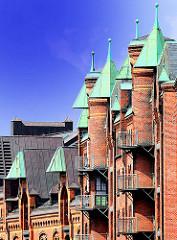 Giebeltürme und Winden mit Kupfer eingedeckt - Feuerleiter an der Fassade - Bilder aus dem Stadtteil Hafencity.