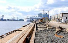 Abriss der Gleisanlagen am Kirchenpauerkai - im Hintergrund das Kreuzfahrtterminal Hamburg Hafencity.