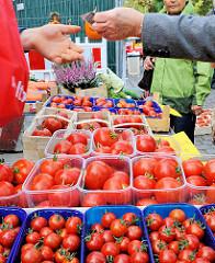 Landmarkt in der Bergedorfer Innenstadt - Tomaten aus den Vierlanden auf dem Herbstmarkt in HH-Bergedorf.