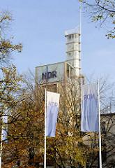 NDR Gebäude am Rothenbaumchaussee -  Fahnen mit NDR Aufschrift.