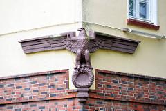 Detail Fassadenskulptur Adler Terrakotta; ehem. Kaserne Lettow-Vorbeck in Hamburg Jenfeld.