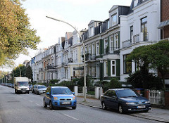 Wohnstrasse in Hamburg Eilbek - Fassaden von Stadtvillen unterschiedlichen Baustils.