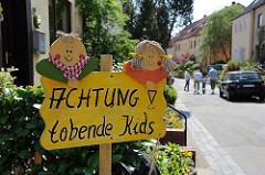 Hinweisschild in der Bahrenfelder Gartenstadt Steenkampsiedlung - Achtung tobende Kids.