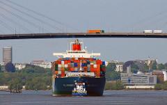 Hamburg Altenwerder Containerschiff unter der Köhlbrandbrücke