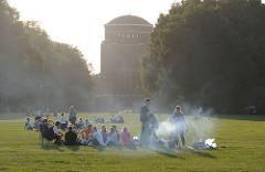 Abend im Hamburger Stadtpark - der Rauch der Grills steigt in den Abendhimmel - im Hintergrund das Planetarium.