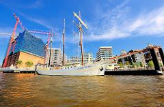 Historisches Segelschiff MARE FRISUM am Anleger der Elbphilharmonie in der Hamburger Hafencity.