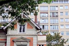 Giebels eines Einfamilienhauses - Fassade, Fenster und Balkone eines Grindelhochhauses.
