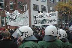 Demonstration Hamburg Sternschanzenviertel - Kein Platz für Nazis - Polizei mit Helmen.