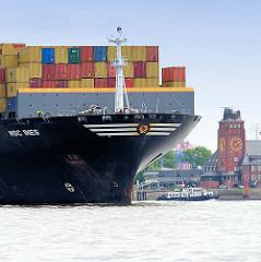 Der Containerfrachter MSC INES läuft aus dem Hamburger Hafen aus - im HIntergrund das Lotsenhausenhaus am Seemannshöft - der Frachter hat eine Länge von 248 m und kann 9112 Container TEU transportieren.