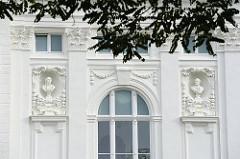 Fassade des Deutschen Schauspielhauses in Hamburg an der Kirchenallee - Büsten von Göthe und Schiller an der Hausfassade.