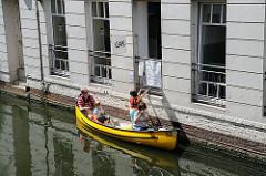 Wassercafe am Mühlenkampkanal - Kanuten haben mit ihrem Kanu angelegt und geben ihre Bestellung auf.