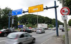 Stader Strasse in Hamburg Heimfeld - Schilder zur Autobahnauffahrt Heimfeld A 7 - Überholverbotsschild für Lastwagen - Trecker dürfen überholt werden.