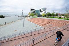 Terrassen / Promenade am Baakenhafen in der Hafencity Hamburgs - Neubau der Hafencity Universität Hamburg / Universität für Baukunst und Metropolenentwicklung.