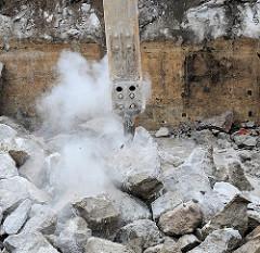 Abbruck des Röhrenbunkers am Winterhuder Weg - Abriss des unterirdischen Zivilbunkers. (2008)