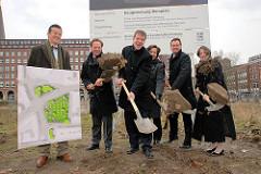 Symbolischer Spatenstich - Baubeginn für die Grünanlage Hamburger Domplatz - u. a. Bezirksamtsleiter Markus Schreiber - Senator Axel Gedaschko + Kultursenatorin Karin v. Welck.
