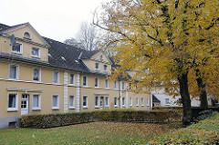 Mehrstöckige Wohnbebäude in Hamburg Lurup / Friedrichshuder Weg -  Linden im Herbst, gelbe Herbstblätter.