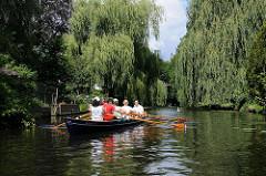 Hamburg Winterhude - leben am Wasser, Wassersport beim Leinpfadkanal - grosse Weiden am Ufer, die Zweige hängen ins Wasser.